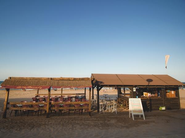 Daily Lounge. El chiringuito de Manuel Alonso, hamacas, baño, menú, bebida, cerveza